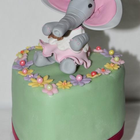 https://madelainedreamcake.com/2015/05/15/elefanten-torte/